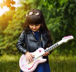 LIttle girl guitarists like easy guitar songs