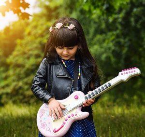 LIttle girl guitarists like easy guitar songs