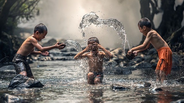 kids splashing water