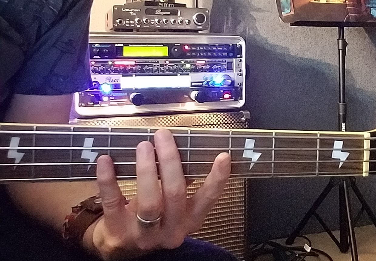 ROOT bass fingering